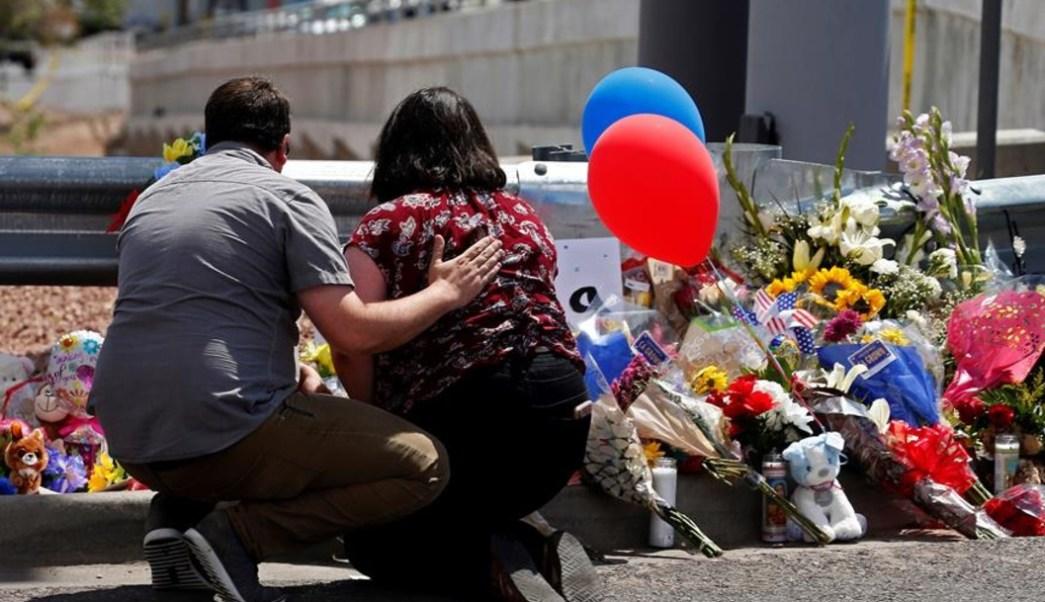 Foto: Cientos de personas rinden tributo a los 20 fallecidos tras tiroteo en El Paso, Texas, 4 de agosto de 2019 (EFE)