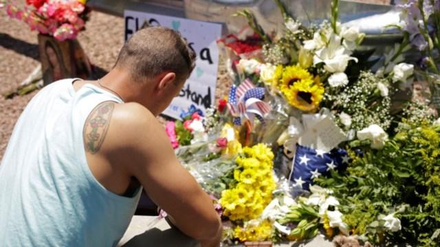 Foto: Una persona visita altar por los fallecidos en un tiroteo en un centro comercial de El Paso, Texas, el 4 de agosto de 2019 (Reuters)