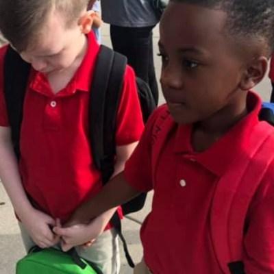 Foto de niño consolando a compañero con autismo el primer día de clases se vuelve viral