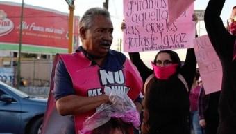 Foto hombre con hija desaparecida lanza diamantina en marcha feminista 19 agosto 2019