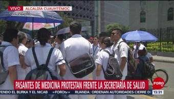 FOTO: Pasantes de medicina protestan frente a la Secretaría de Salud