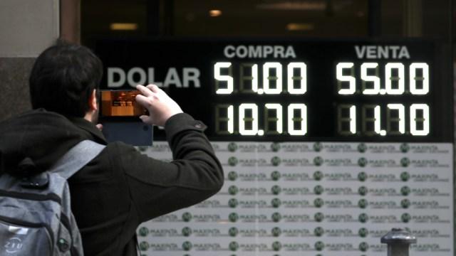 FOTO Peso argentino sigue devaluación y riesgo país alcanza cifra récord (AP)