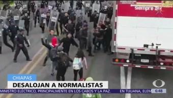 Policías desalojan a normalistas en Chiapas