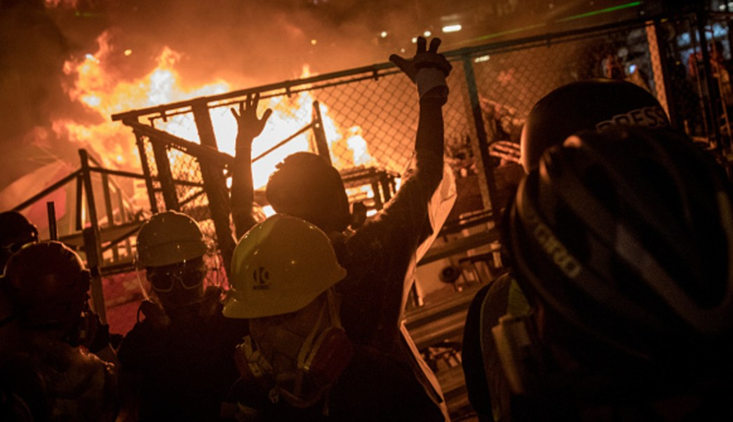 Foto: Un grupo de manifestantes en Hong Kong prendió fuego a una enorme barricada, 31 agosto 2019