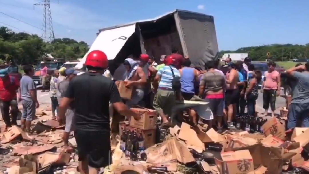 Vuelca camión con cervezas y vecinos aprovechan para cometer rapiña