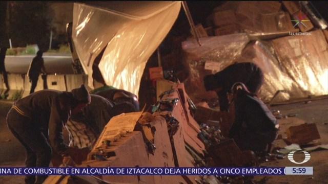 Rapiñan camión volcado en la México-Toluca
