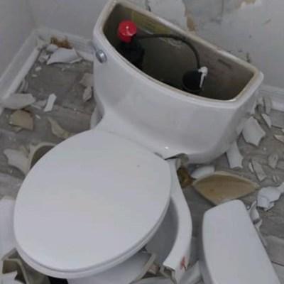 Explota taza de baño tras caer un rayo
