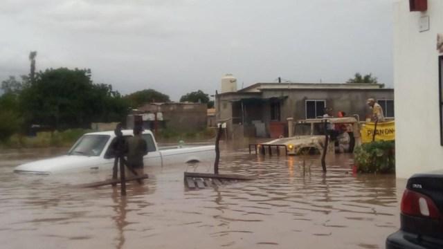 """Foto: El Ejército aplica el Plan DN-III-E en Comundú, Baja California Sur, por las fuertes lluvias que dejó """"Ivo"""", el 25 de agosto de 2019 (Twitter @SEDENAmx)"""
