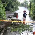 Foto:Un automovilista observa el daño a una carretera donde cayeron rocas después de un terremoto en Yilan, 8 agosto 2019