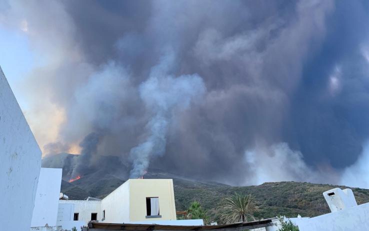 Volcán Stromboli de Italia hace nueva erupción (Vigili del Fuoco)