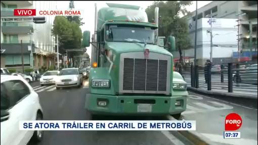Tráiler se atora en carril confinado del Metrobús CDMX
