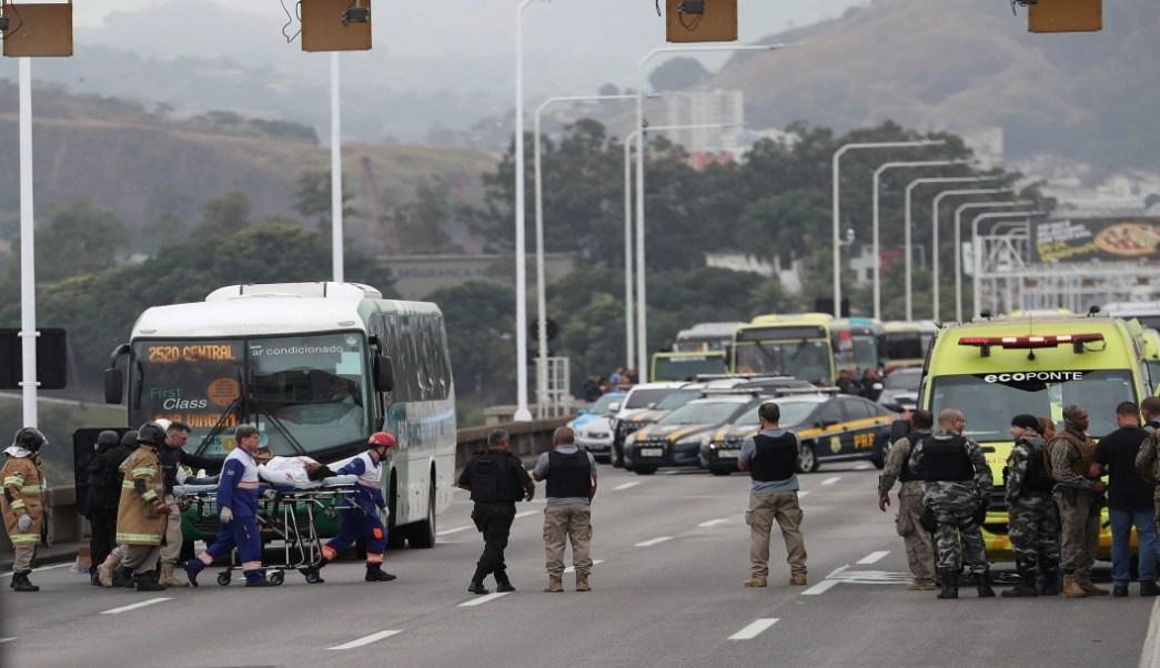 Foto Hombre mantiene rehenes y amenaza con incendiar autobús en Río de Janeiro, Brasil 20 agosto 2019