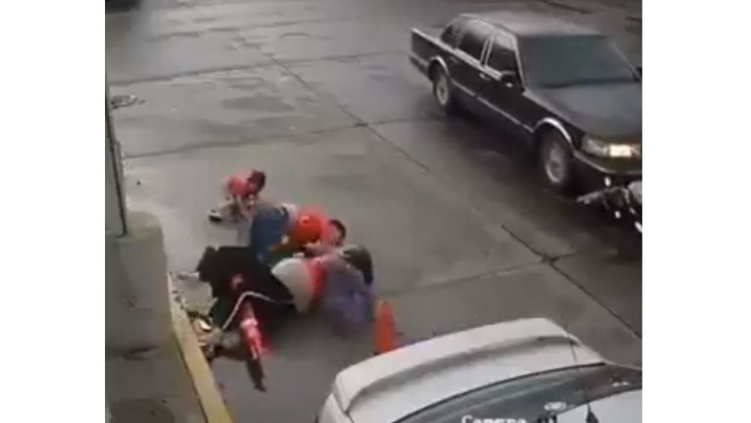 Foto Auto embiste a motocicleta, mujer y niño 'salen volando' 16 agosto 2019