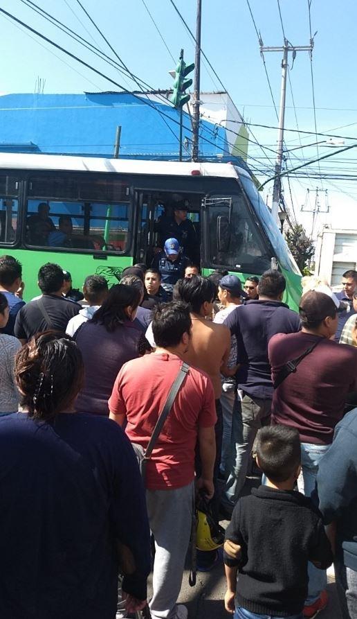 Foto Evitan linchamiento de chofer de microbús en Iztapalapa 15 agosto 2019
