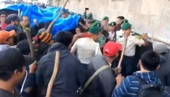 Normalistas protestaron en Palacio Nacional por cierre de su escuela en Chiapas