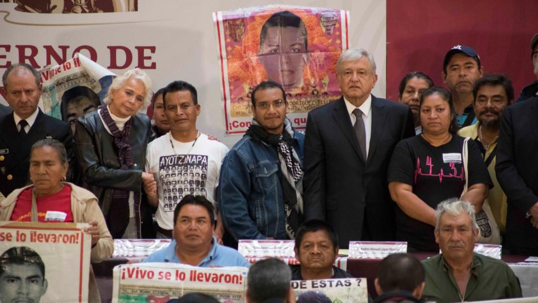 Foto: AMLO con familiares de desaparecidos en Ayotzinapa, 3 de diciembre de 2018, Ciudad de México