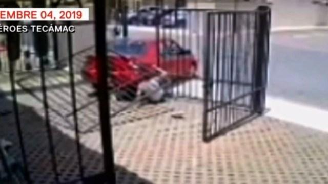 El vehículo no se detuvo a pesar de derribar la reja, 7 de septiembre de 2019 (FOROtv)
