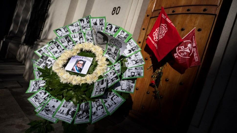 Foto Con claveles rojos recuerdan en Chile el golpe militar de 1973 (AP)