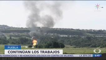 Continúa incendio por fuga en toma clandestina en Puebla