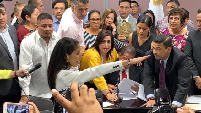 Foto: La encargada juramentó en medio de protestas, 4 de septiembre de 2019 (Twitter)