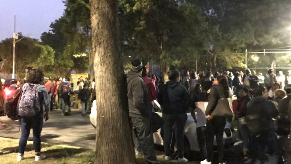 FOTO Reportan que encapuchados toman Facultad de Ciencias Políticas de la UNAM (Twitter @EstebanG_V)