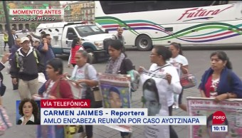 Familiares de jóvenes desaparecidos en Ayotzinapa se reúnen con fiscal general