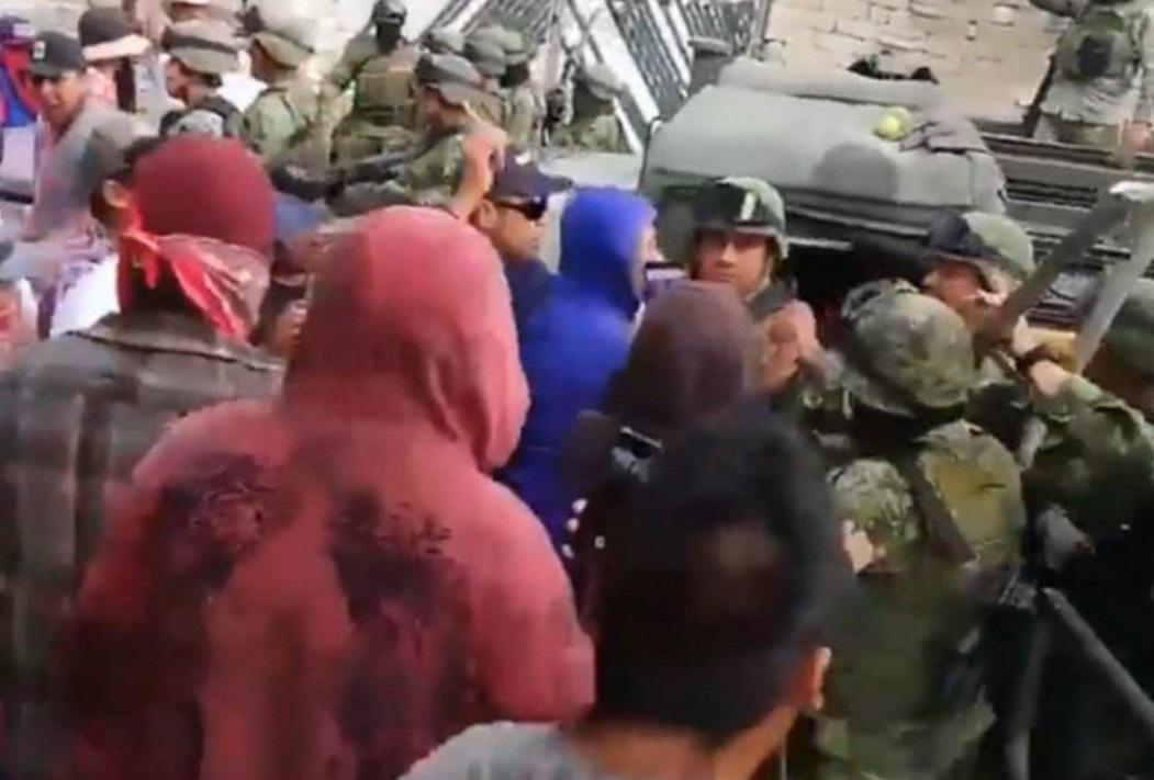 Foto: Enfrentamiento entre militares y pobladores del municipio de Acajete, Puebla. YouTube