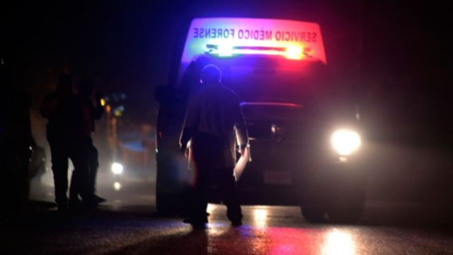 Foto: Una patrulla custodia una camioneta del Servicio Médico Forense (Semefo). Cuartoscuro/Archivo