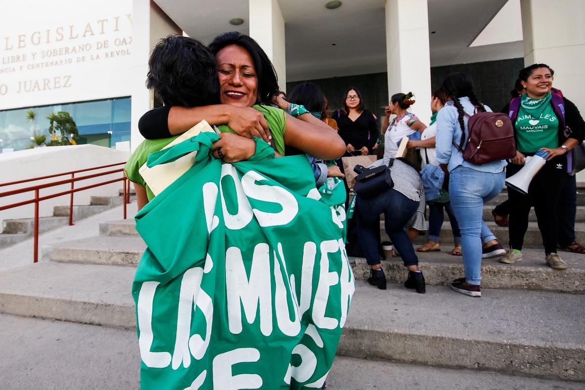 Foto: Dos mujeres se abrazan afuera del Congreso de Oaxaca. Reuters