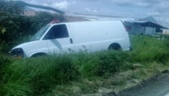 Foto: La camioneta se salió de la carretera para detenerse entre la maleza con los tripulantes, en su mayoría muertos: Twitter/@BonitoLeonGto