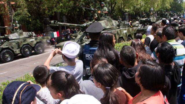 Foto: Cientos de personas ven desfilar vehículos militares sobre avenida Paseo de la Reforma, CDMX. Cuartoscuro