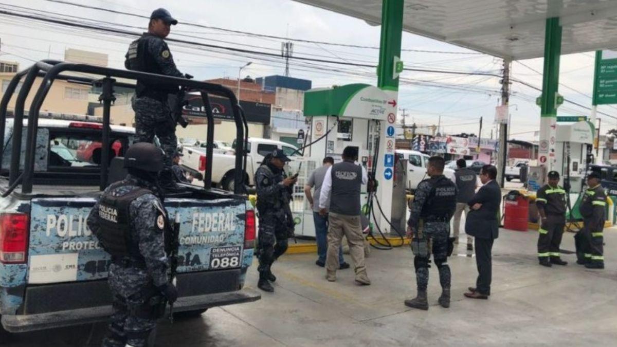 Foto: Personal de Profeco verifica una gasolinera en Nuevo Laredo, Tamaulipas. Twitter/@Profeco