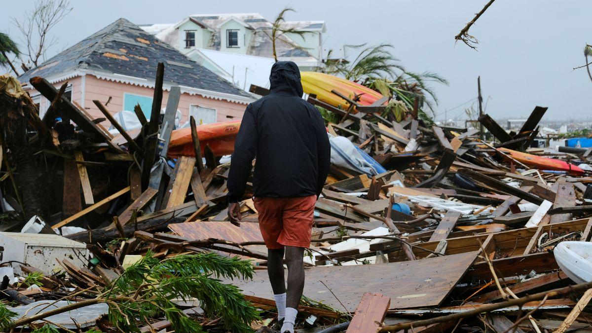 "Foto: Un hombre camina sobre escombros del huracán ""Dorian"" en las islas Ábaco, Bahamas. Reuters"
