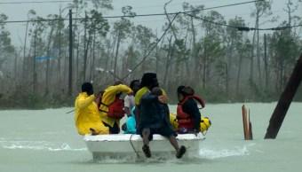 Foto: Rescatan a un grupo de personas en las islas Abaco, en las Bahamas. AP