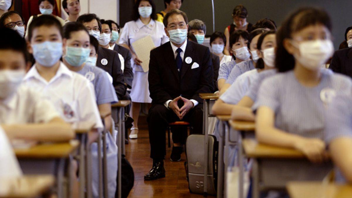 Foto: Un grupo de estudiantes usan cubre boca por un brote de SARS en Japón. Getty Images/Archivo