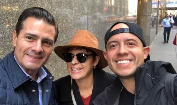 Foto: Peña Nieto posó para una fotografía con dos turistas en Nueva York. Twitter/@ram_ballesteros