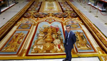Foto: Herve Lemoine, jefe del Mobilier National y de la fábrica de Gobelins, posa frente a la alfombra del coro del siglo XIX de la catedral de Notre Dame. Reuters
