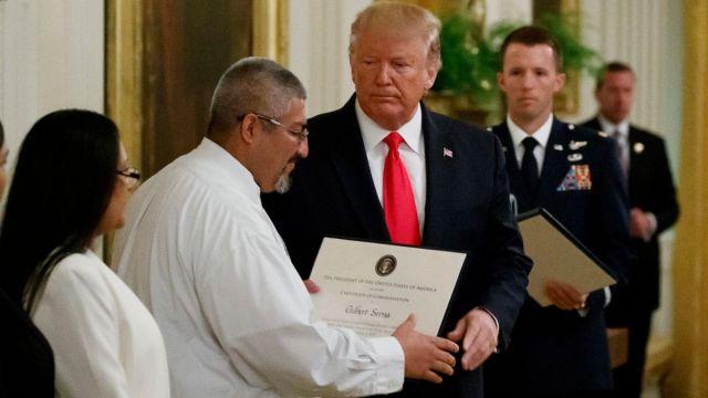 Foto: El presidente Donald Trump da un reconocimiento a Gilbert Serna, un empleado del centro comercial, que ayudó a salvar vidas durante el tiroteo en El Paso, Texas, EEUU. AP