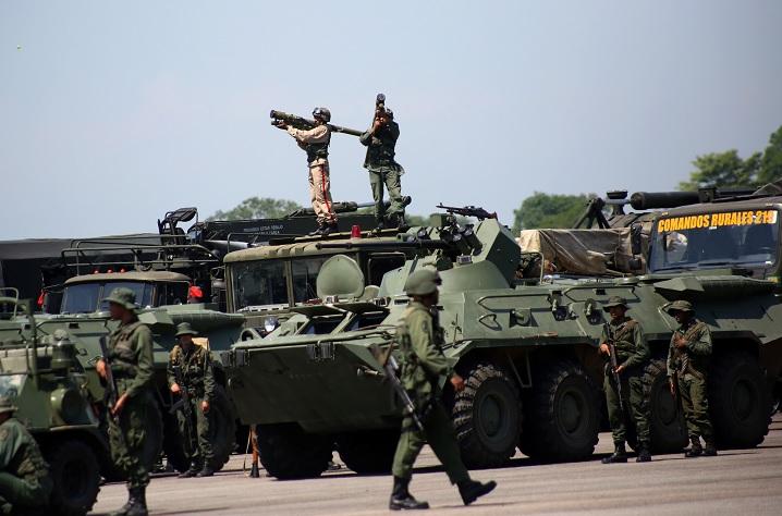 Foto: Dos militares venezolanos apuntan una bazuca arriba de un camión. Reuters
