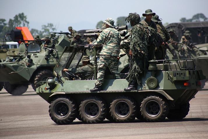 Foto: Militares del Ejército venezolano arriba de una tanqueta. Reuters