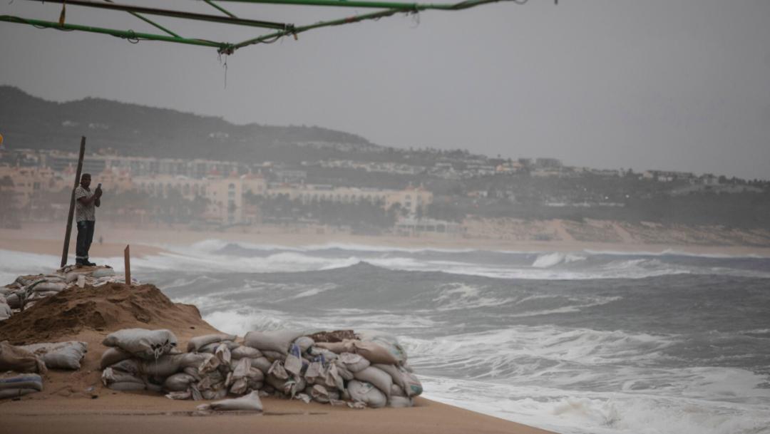 fOTO: Un turista toma fotos en la playa 'El Médano' antes de la llegada del huracán Lorena, en Los Cabos, 22 septiembre 2019