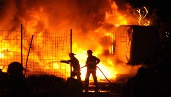 FOTO Incendio consume tiradero de llantas en Tultitlán, Edomex (Luis Carbayo/Cuartoscuro)