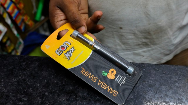 FOTO India prohíbe vapeo, vinculado a enfermedades respiratorias (AP)