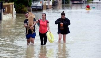 Foto: Las personas caminan por una carretera inundada después de una fuerte lluvia en El Raal, cerca de Murcia, 14 septiembre 2019