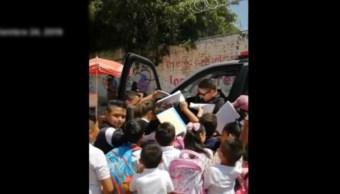 Héroe sin capa; policía regala autógrafos y sonrisas a alumnos de primaria, en Guanajuato