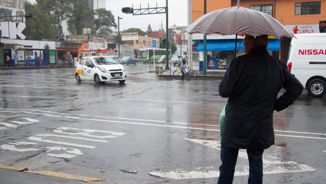 Una persona se protege de la lluvia con su paraguas, 21 septiembre 2019