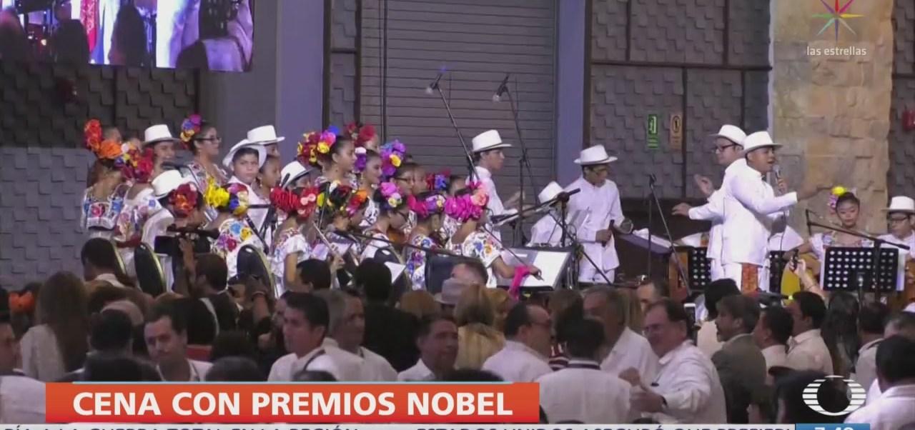 López Obrador cena con Premios Nobel de la Paz