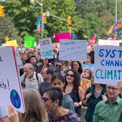 Jóvenes participan en segunda marcha mundial contra el cambio climático
