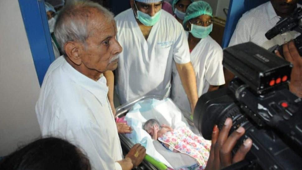 mujer da a luz gemelos esposo india (1)