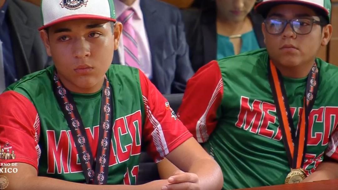 FOTO Niños mexicanos, campeones de béisbol, se reúnen con AMLO (YouTube)